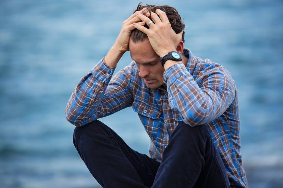 自分を責めているうつ病の男性